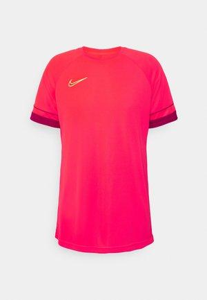 T-shirt z nadrukiem - bright crimson/gym red/volt