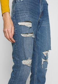 Abercrombie & Fitch - DARK PIN STRIPE MOM - Relaxed fit jeans - med/dark dest - 3