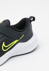 Nike Performance - DOWNSHIFTER 11 UNISEX - Hardloopschoenen neutraal - dark smoke grey/volt/black/white - 5