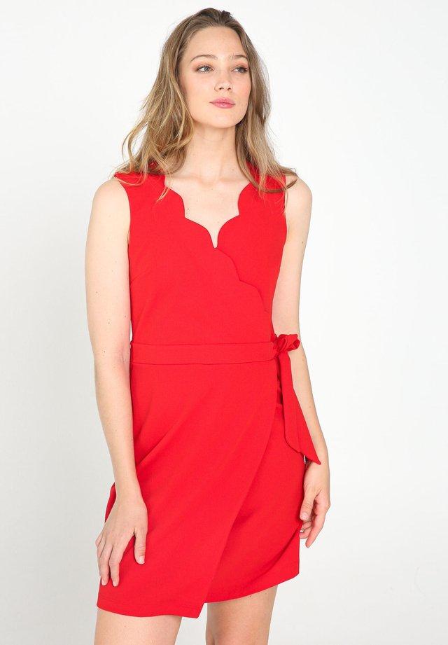 MIT GESCHWUNGENEM AUSSCHNITT - Robe d'été - red