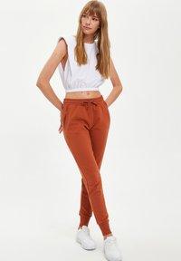DeFacto - Pantalones deportivos - orange - 4