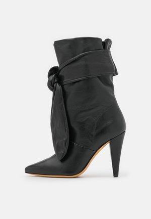 NORI - Vysoká obuv - black