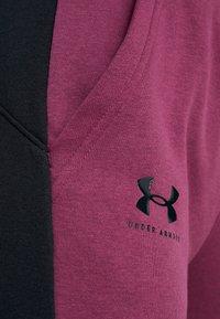 Under Armour - RIVAL GRAPHIC NOVELTY PANT - Spodnie treningowe - level purple/black - 5