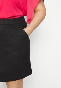 Vero Moda Curve - VMDONNADINA SHORT SKIRT - Pencil skirt - black - 4