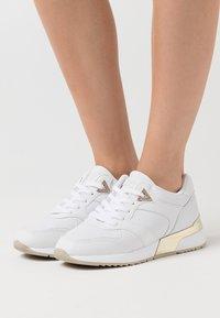 Guess - MOTIV - Sneakersy niskie - white - 0