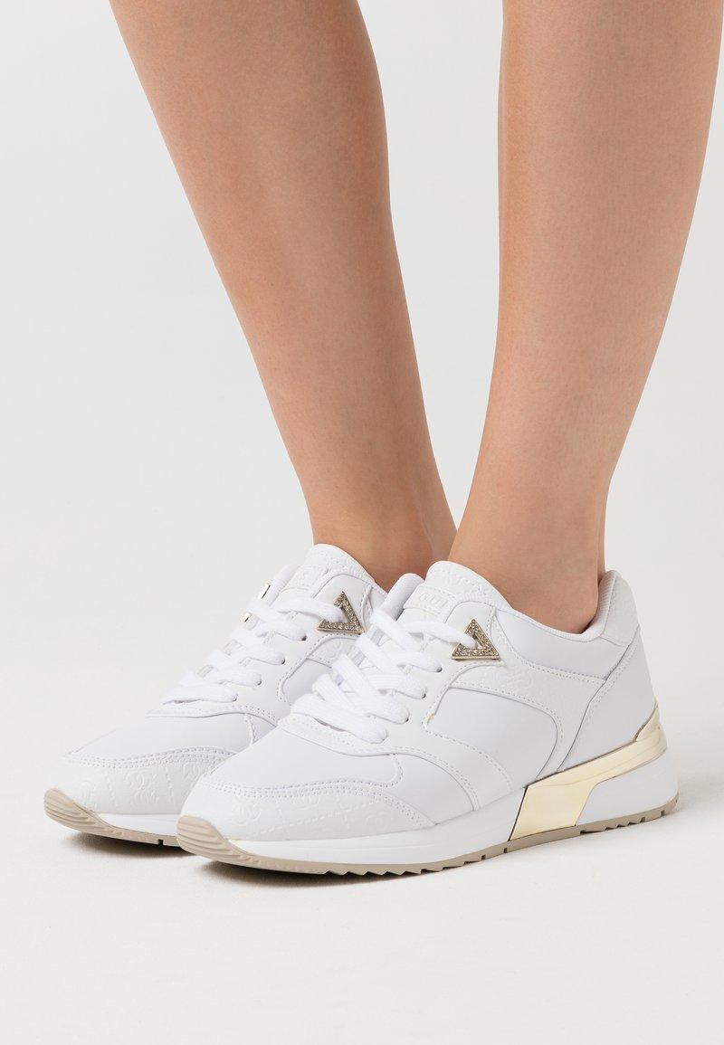 Guess - MOTIV - Sneakersy niskie - white