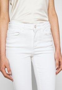 Pieces - PCDELLY - Jeansy Skinny Fit - bright white - 4