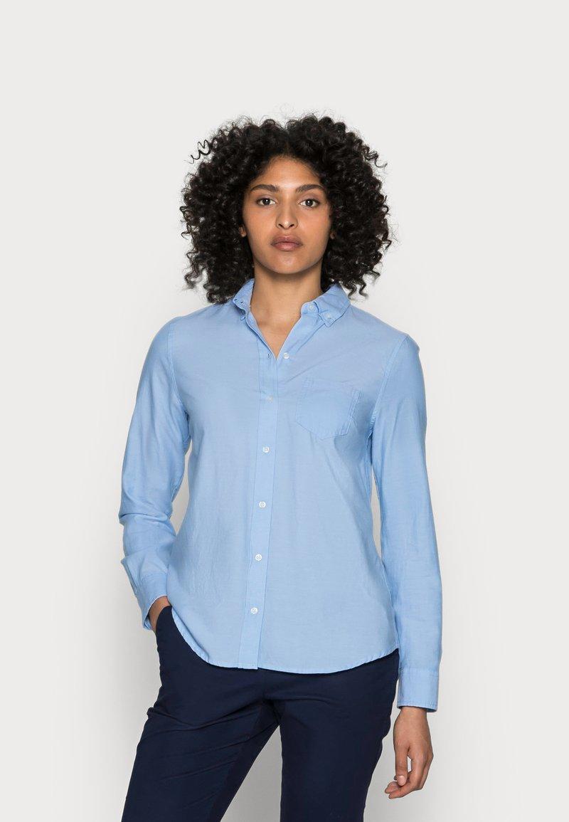 GAP - FITTED BOYFRIEND  - Button-down blouse - light blue