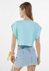 Bershka - MIT REISSVERSCHLUSS UND CUT-OUTS  - Gonna di jeans - blue denim - 2