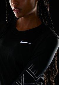 Nike Performance - DRY MILER  - Koszulka sportowa - black/metallic silver - 4