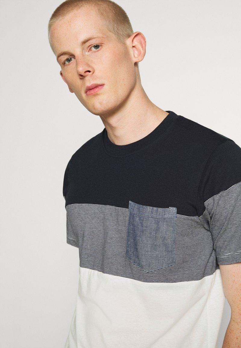 Jack & Jones JJCONTRAST POCKET TEE CREW NECK - T-Shirt print - navy blazer/dunkelblau HrrWoT