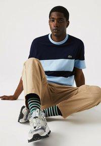 Lacoste - Print T-shirt - bleu marine / bleu clair - 4