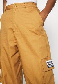 adidas Originals - TRACK PANT - Pantalon cargo - mesa - 5