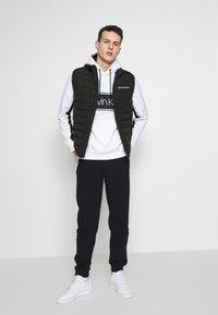 Calvin Klein - LOGO STRIPE HOODIE - Hoodie - white - 1