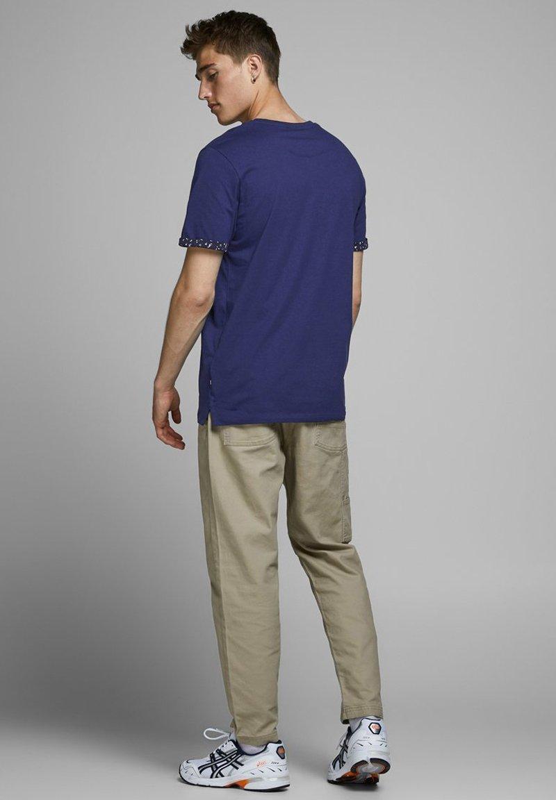 Jack & Jones PREMIUM BLACKPOOL BLA - Print T-shirt - blue depths c49PM