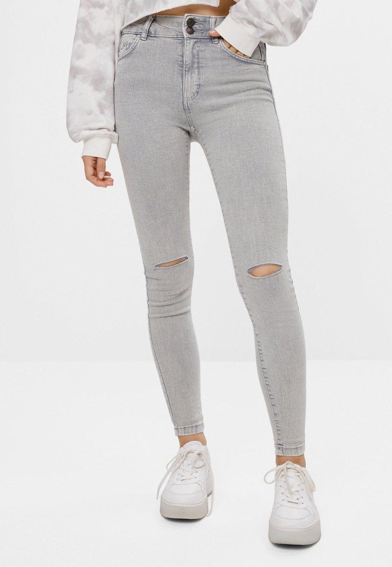Bershka - MIT RISSEN  - Jeans Skinny Fit - grey