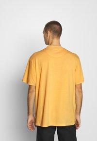 Karl Kani - SMALL SIGNATURE WASHED TEE UNISEX  - Triko spotiskem - yellow - 2