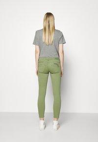Freeman T. Porter - ALEXA CROPPED NEW MAGIC - Pantalones - turf green - 2