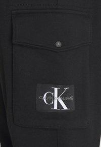 Calvin Klein Jeans - BADGE PANT - Reisitaskuhousut - ck black - 6