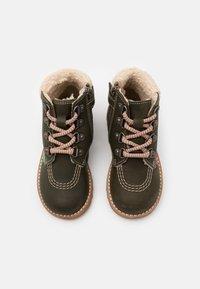 Kickers - NEWHOOKY - Šněrovací kotníkové boty - kaki/beige - 3