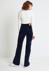 Levi's® - RIBCAGE BOOT - Spodnie materiałowe - lush indigo velvet - 3
