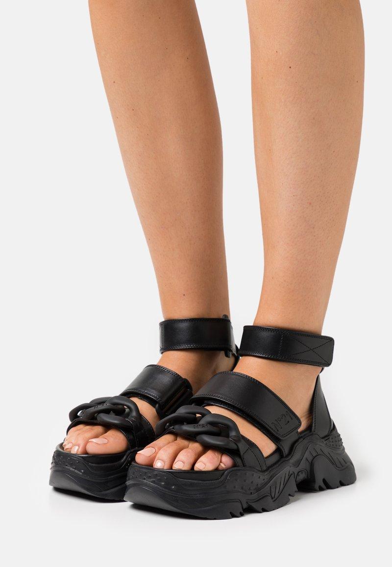 N°21 - BILLY  - Sandály na platformě - black