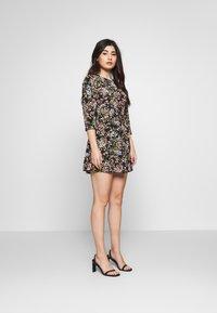 Miss Selfridge Petite - PRINTED SMOCK DRESS - Denní šaty - black - 1