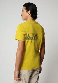 Napapijri - SALLAR LOGO - Print T-shirt - yellow moss - 1