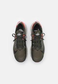 Nike Performance - PEGASUS TRAIL 2 - Chaussures de running - cargo khaki/black/light army/bright crimson/light bone/sequoia - 3