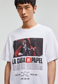 PULL&BEAR - LA CASA DE PAPEL - Print T-shirt - white - 4