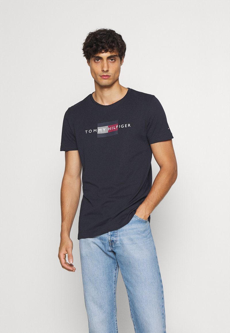 Tommy Hilfiger - LINES TEE - T-shirt med print - desert sky