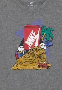 Nike Sportswear - SAND CASTLE UNISEX - T-Shirt print - carbon heather - 2