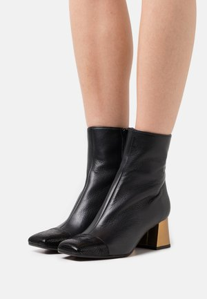 VOLKIRIA - Korte laarzen - black