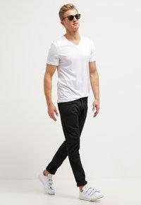 Pier One - 2 PACK - T-shirt basic - white/black - 0