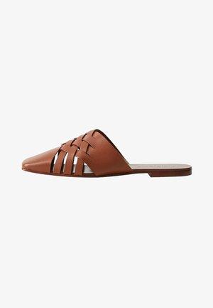 HALF - Pantolette flach - cognac