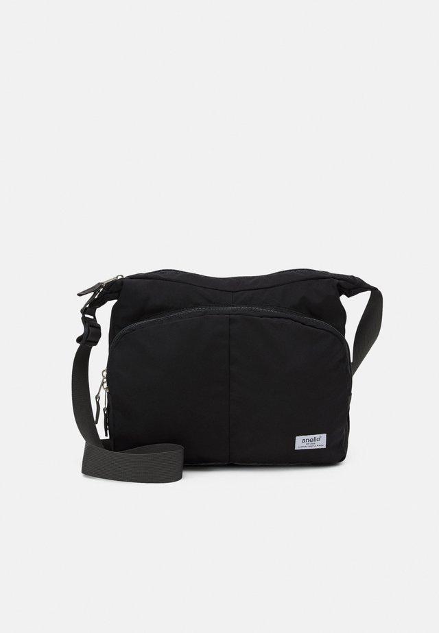 SHOULDER BAG UNISEX - Taška spříčným popruhem - black
