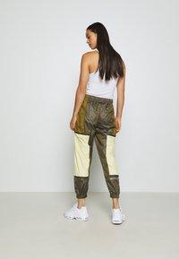 Nike Sportswear - WVN ARCHIVE RMX - Teplákové kalhoty - olive flak/tea tree mist/white - 2