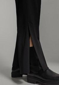 Massimo Dutti - SCHWARZE MIT SCHLITZ AM SAUM  - Pantalon classique - black - 2