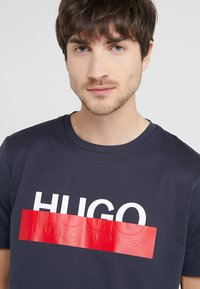 HUGO - DOLIVE - T-shirt imprimé - dark blue