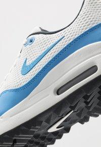 Nike Golf - AIR MAX 1 G - Golfové boty - summit white/university blue/anthracite - 5