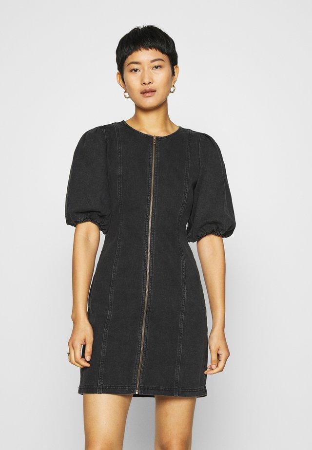 SOFYGZ DRESS - Dongerikjole - washed black