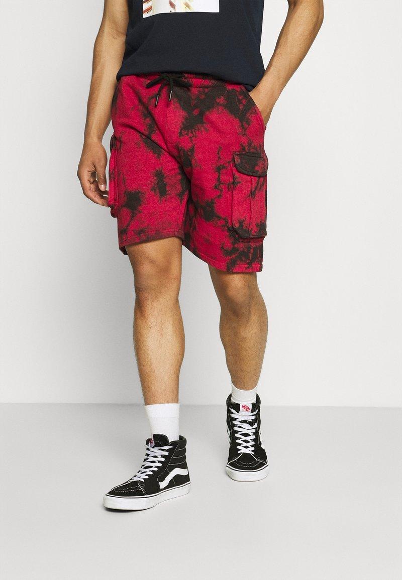Urban Threads - TIE DYE CARGO UNISEX  - Shorts - red/black