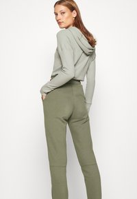 Abercrombie & Fitch - FALL TREND LOGO JOGGER - Tracksuit bottoms - olive - 4