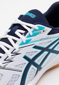 ASICS - UPCOURT 4 - Handball shoes - white/peacoat - 5