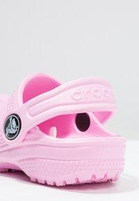 Crocs - CLASSIC - Sandały kąpielowe - carnation - 5