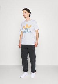 adidas Originals - TREF OMBRE UNISEX - T-shirt med print - white - 1