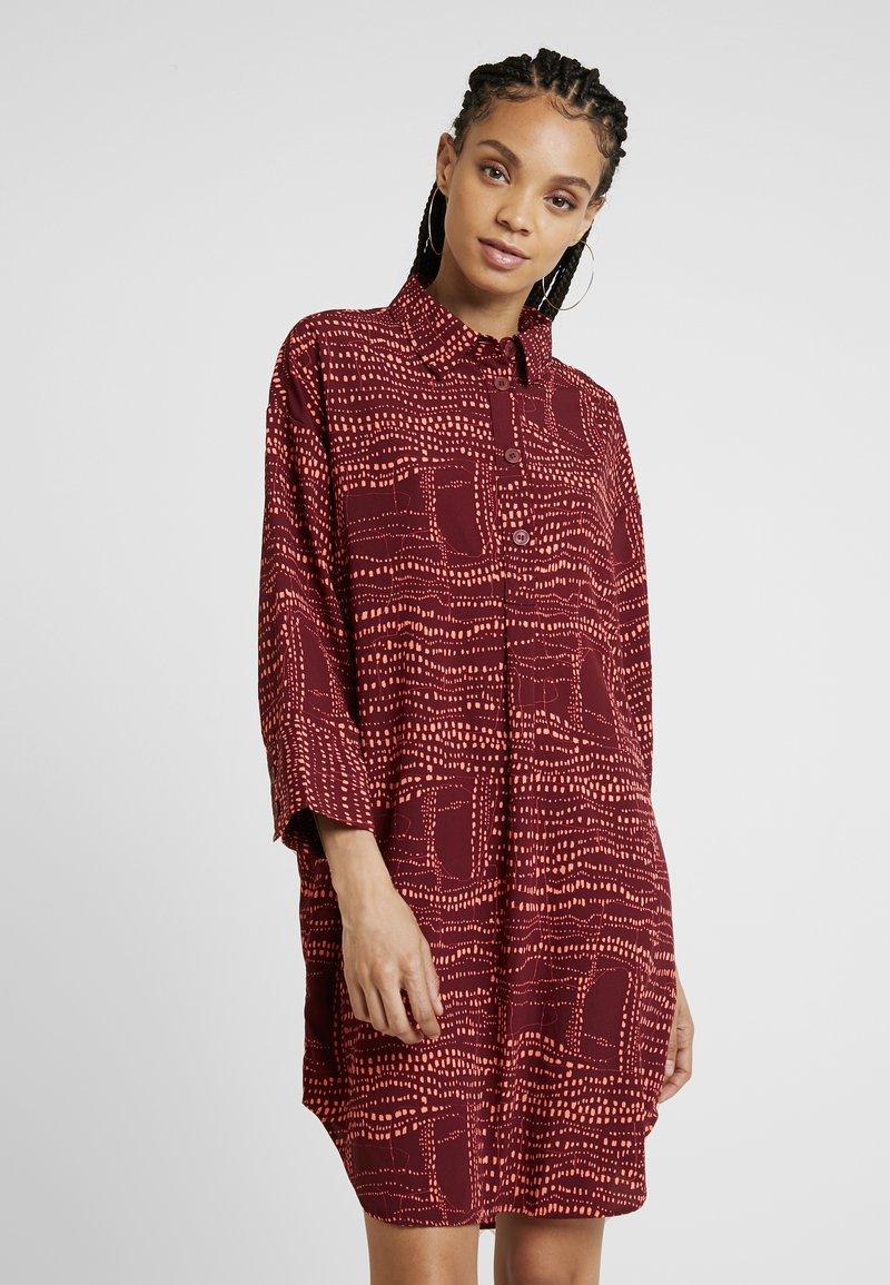 Monki - AMY UNIQUE - Košilové šaty - dark red/orange