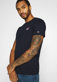 Tommy Jeans - CHEST LOGO TEE - T-shirt con stampa - twilight navy - 3
