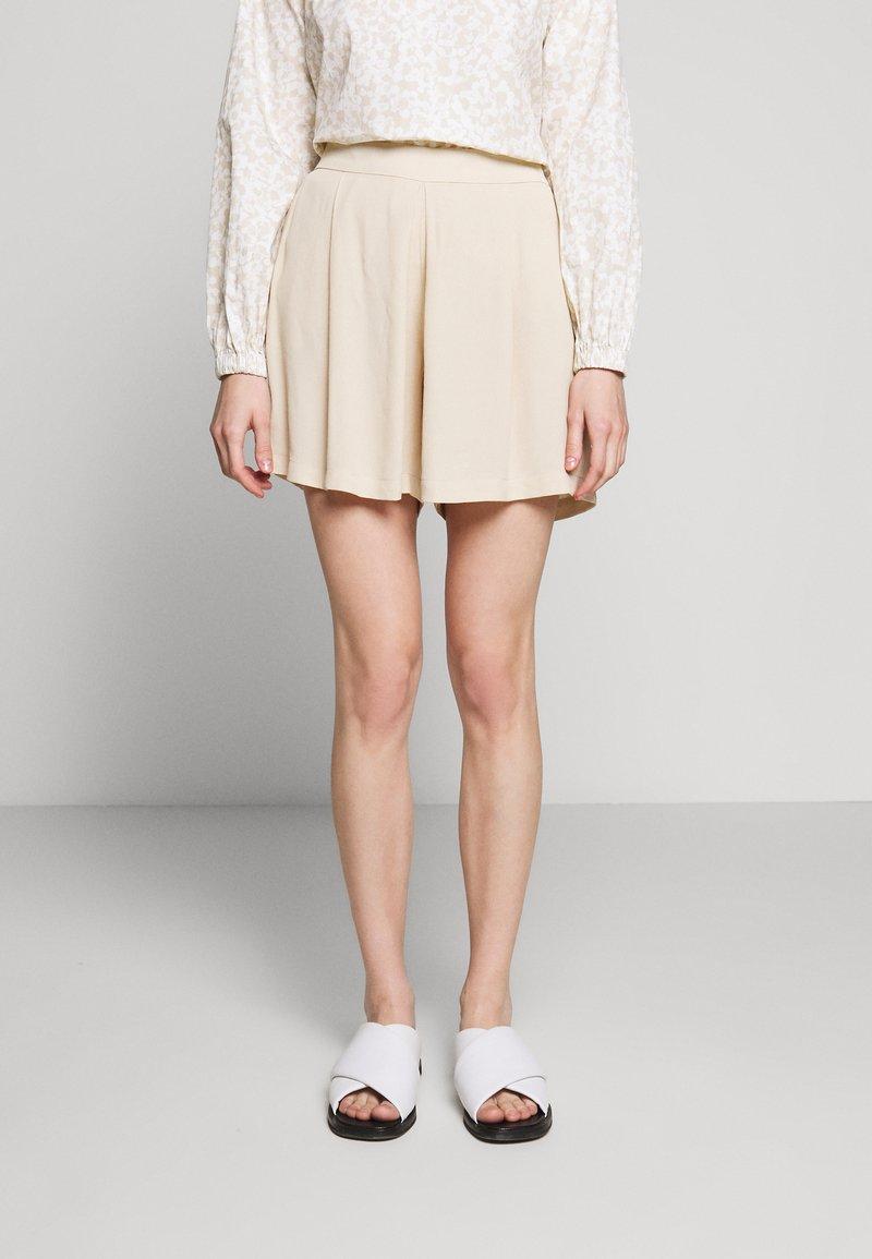 Bruuns Bazaar - LILLI DAPHNE - Shorts - sand