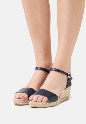 Sandály na platformě - navy